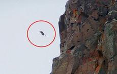 Người đàn ông liều mình đứng trên vách đá ngắm cảnh tuyệt đẹp, cảnh chưa kịp ngắm đã ngã từ độ cao 45m để lại hiện trường ám ảnh