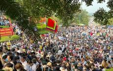 'Biển người' đi lễ đền Hùng ngày chính hội