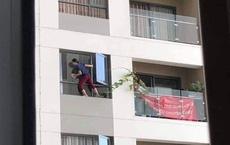 """Người phụ nữ leo ra ban công chung cư để lau cửa sổ, hàng xóm """"tim đập chân run"""" theo dõi từng giây"""