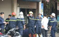 Cảnh sát bới mảnh vụn đưa 4 thi thể trong vụ cháy nhà trên đường Tôn Đức Thắng ở Hà Nội ra ngoài