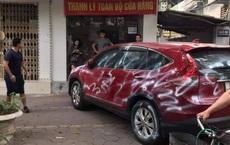 """Ô tô bị xịt sơn trắng quanh xe vì đỗ trước cửa nhà dân: Hình ảnh """"gây bão"""" MXH sáng thứ Hai"""