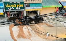 """Cận cảnh """"hố tử thần"""" sâu 5 mét, rộng hơn 10 mét ở Hà Nội"""