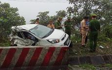 Xe khách húc văng xe con vào lề đường, 2 người tử vong