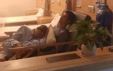 """Bức ảnh nhận """"bão like"""" trên MXH: Phía sau khoảnh khắc cha già nằm ngủ trong lòng con trai"""