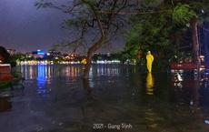 """Vì sao nhiều tuyến phố quanh hồ Gươm """"thành sông"""", giao thông tê liệt sau cơn """"mưa vàng""""?"""
