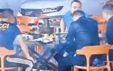 Lạ đời 4 người đàn ông ngồi ăn lẩu dưới trời mưa như trút nước