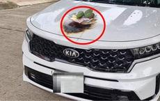 Hình ảnh ngao ngán sáng mùng 1, chủ ô tô cúng xe mới tới cháy cả nắp capo