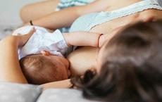 Bé 2 tháng tuổi bị mẹ đè chết ngạt khi đang bú trên giường, nghe lý do ai cũng sốc