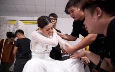 Khoảnh khắc hoa hậu Khánh Vân đau đớn, bật khóc khi mặc thử bộ đồ nặng 30kg