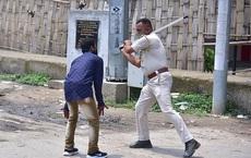 Chống dịch kiểu Ấn Độ: Cảnh sát cầm dùi cui truy đuổi, đánh đập người 'không chịu ở nhà'