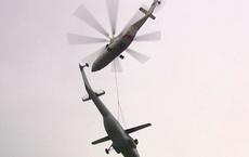 """Trực thăng vận tải Mi-26 của Nga vận chuyển """"huyền thoại"""" Mi-6 bằng cáp treo"""