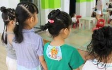 Con gái mừng rỡ khi được cô giáo tết tóc siêu xinh, nhưng vừa nhìn thấy bà mẹ đã hốt hoảng, nhờ Hiệu trưởng đuổi thẳng giáo viên
