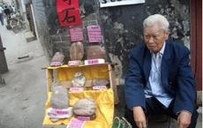 Ông lão nhặt được 'hòn đá đỏ', có người trả giá 10.000 NDT nhưng nhất định không bán: Thật quá may mắn!
