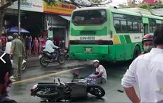 Nữ sinh lớp 12 bị xe buýt cán tử vong: Quặn lòng cảnh người cha ôm thi thể con gái gào khóc giữa đường