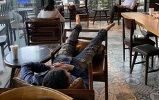 Thanh niên vô tư nằm dài trong quán cafe nhiều ngày, quản lý bất lực cầu cứu dân mạng