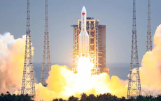 """Tên lửa Trung Quốc lao với tốc độ """"điên rồ"""" xuống Trái Đất: Hành động cẩu thả, vô trách nhiệm!"""