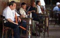 Quốc gia 'sốt xình xịch' vì COVID-19: Số ca mắc tăng gấp đôi, dân vẫn thản nhiên hút shisha chung