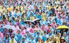 24h qua ảnh:  Học sinh Trung Quốc mặc áo mưa dự lễ tốt nghiệp