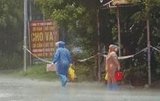 Hà Tĩnh phát hiện thêm 11 ca dương tính SARS-CoV-2: Lực lượng y tế đội mưa đi truy vết, lấy mẫu xét nghiệm