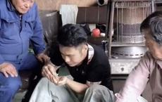 Hai ông chú người Nhật tròn mắt khi lần đầu nếm thử bột canh Việt Nam: Ngon đến nỗi phải kéo nhau ra một góc nhấm nháp