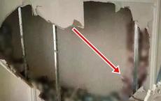Phát hiện bức tường kỳ lạ trong căn nhà mới mua, thử đục ra xem, người phụ nữ vội báo cảnh sát khi thấy thứ này đầy ắp bên trong