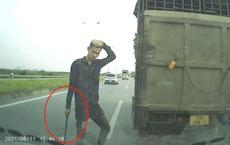 """Lái xe tải tạt đầu xe con, cầm gậy xuống """"nói chuyện"""" bị xử phạt"""