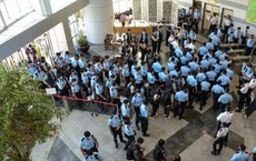 2000 cảnh sát Hong Kong đột kích trụ sở, bắt giữ tổng biên tập tờ Apple Daily