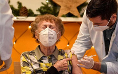 """Trong 3 ngày, 27 người tử vong sau khi tiêm vắc xin AstraZeneca ở Đài Loan, bác sĩ nói: """"Đừng sợ hãi trước những con số!"""""""