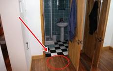 Phát hiện 1 tấm sàn gỗ bất thường trong căn nhà mới mua, tò mò cậy ra xem, người đàn ông lập tức bỏ chạy