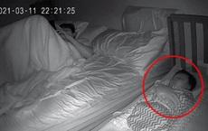 Phát hiện con biến mất giữa đêm, ông bố hoảng hốt đi tìm rồi dở khóc dở cười trước cảnh tượng ngoài phòng khách
