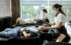 """Hà Nội: Quán ăn, cà phê, tiệm tóc """"nhộn nhịp"""" trong ngày đầu hoạt động trở lại"""