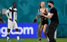 24h qua ảnh:  Cô gái gợi cảm chạy vào sân ở trận đấu Euro 2020