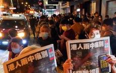 """Báo Hồng Kông """"sập"""" do phạm Luật an ninh TQ: Pháo tay nổ rền toà soạn, dân thức đêm mua số báo cuối"""
