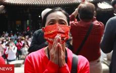 Đài Loan rúng động thảm kịch Covid-19: Phá cửa nhà thấy 3 người tử vong, người sống sót sốt cao