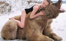 Loài vật nào trong clip này cũng yêu quý con người, nhưng 'mít ướt' như sư tử ở phút 2:00 và 3:10 thì thật là khó tin!
