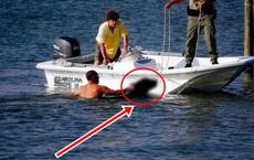 Thấy người đàn ông ôm 1 vật thể to lớn bơi vào bờ, sau khi nhìn kỹ, không ai giấu nổi cảm xúc hốt hoảng