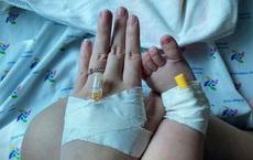 """Nhật ký điều trị Covid-19 của mẹ con bé Tỏi: """"Máu em đông đặc. Mỗi lần y tá bóp để máu chảy ra, tim mẹ như thắt lại"""""""