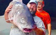 Đang du ngoạn trên sông thì phát hiện con cá trê khổng lồ, người đàn ông Mỹ vội vàng bắt lên rồi 'sốc nặng' trước trọng lượng thật của nó