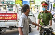 Theo chân CA xử phạt người dân ra đường vi phạm Chỉ thị 16 ngày Hà Nội giãn cách xã hội