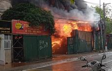 Hà Nội: Lán vật liệu bốc cháy dữ dội, nhiều phụ nữ gào khóc gọi người thân