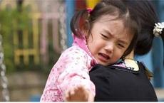 """Con gái khóc chạy về nhà báo mẹ bị cướp mất xe, người mẹ giận dữ chạy ra, không khỏi """"đứng hình"""" vì cảnh tượng trước mắt"""