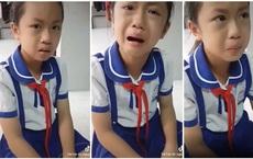 Cô bé khóc nức nở vì bị thầy giáo dùng thước đánh đầu, nhưng sự thật trời ơi đất hỡi đằng sau khiến ai cũng sặc cười