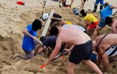 Đang tắm biển thì xảy ra sự cố, cả đám người lao vào đào bới điên cuồng, thứ được lôi lên khiến ai cũng ngớ người