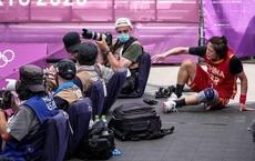 Bộ máy ảnh trị giá hàng trăm triệu đồng 'tan thành mây khói' sau cú ngã của VĐV Trung Quốc tại Olympics