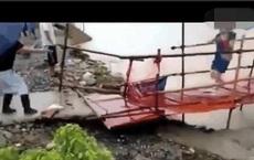 Đang đi trên cầu thì nghe thấy âm thanh kỳ lạ, vừa dừng lại quan sát, người phụ nữ đã lập tức bỏ chạy và thoát chết trong gang tấc