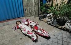 2 em nhỏ đắp chăn ngủ ngoài đường vì không biết nương tựa vào ai: Câu chuyện phía sau vừa chua xót vừa ám ảnh