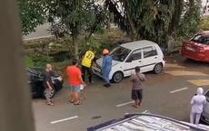 Thấy tiếng động lạ trong chiếc xe ô tô, người dân gọi báo cơ quan chức năng rồi sốc với diễn biến sau đó