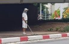 Người đàn ông tập đánh golf dưới chân cầu vượt Hà Nội