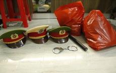 Bắt quả tang người giả danh công an, mặc sắc phục với quân hàm thiếu tá tụ tập ăn nhậu trong hẻm