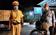 Bác bảo vệ gần 60 tuổi kiệt sức khi đạp xe 230km về quê, rưng rưng khi cán bộ chốt kiểm dịch hỗ trợ tiền